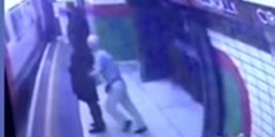 [Vídeo] El anciano que empuja a una mujer musulmana a las vías de metro