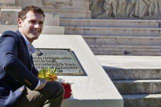 Albert Rivera le lleva flores a la tumba de la Transición y el 'café para todos'