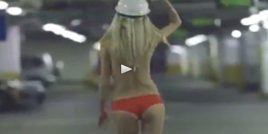 El marchoso striptease que le dedica una rubia rusa al 'pringado' de su novio