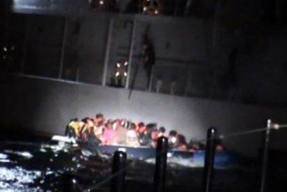 El guardacostas griego perfora la balsa en la que viajan 58 refugiados sirios