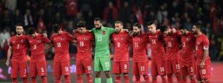 """Turquía-Grecia: Así respetan el minuto de silencio por los atentados: """"¡Alá es grande!"""""""