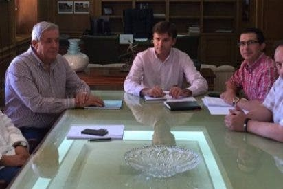 Alberto Piris, Alcalde de Valencia de Alcántara, se reúne con el Diputado Provincial de Turismo