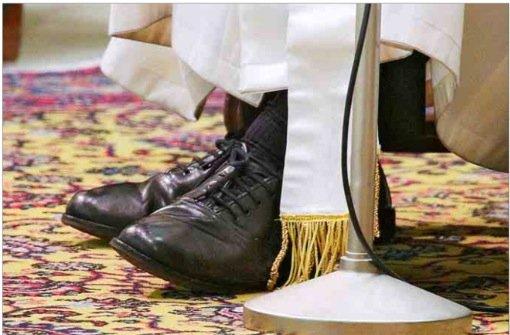 Los zapatos del papa en la marcha simbólica por el clima de París