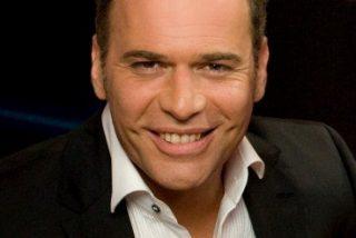 De presentador estrella a carnaza de 'GH VIP' ¿Qué le ha pasado a Carlos Lozano para terminar compartiendo baño con Raquel Bollo y con el amigo de Chabelita?