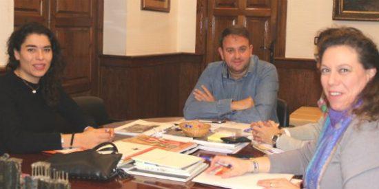 El alcalde de Mérida se reúne con la directora Territorial del Secretariado Gitano