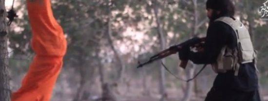 [Vídeo sin censura] Ejecutado por los retorcidos del ISIS colgado de un árbol cabeza abajo