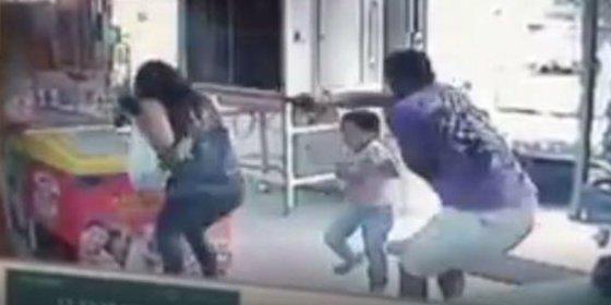 Así asesinan a una profesora delante de su hija mientras le compra un helado