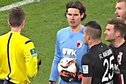 La trampa que permite a este portero 'escarbador' parar un penalti en la Bundesliga