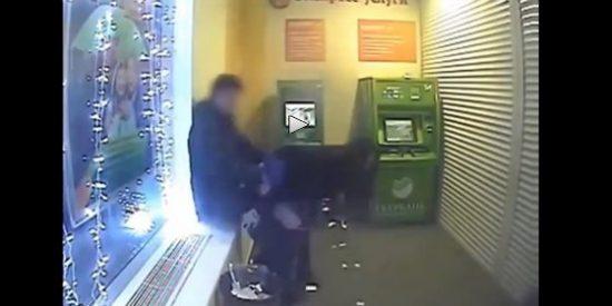 [VÍDEO] La pareja de novios va a sacar dinero al cajero y se equivoca de 'ranura'