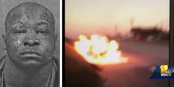 Así quema vivos a dos compañeros de trabajo durante un viaje en coche