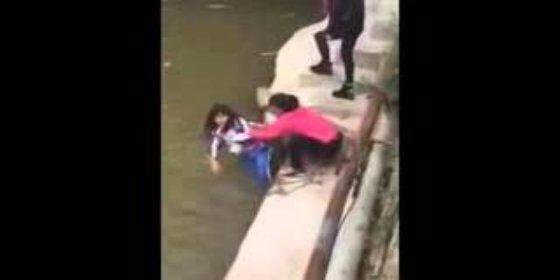 La madre que trata de ahogar a su hija en el río por sacar malas notas