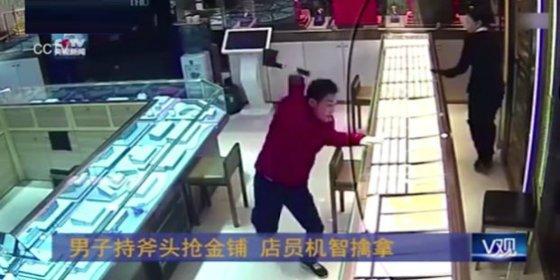 El ladrón que entra en una joyería con un hacha y acaba con la lengua fuera