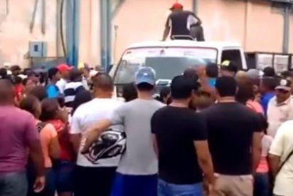 ¡Hasta el culo! Así ataca la feroz policía chavista a los venezolanos que quieren comprar papel higiénico