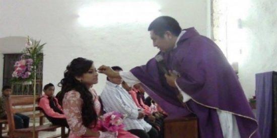 El cura intenta arrancarle las pestañas postizas a una quinceañera en misa