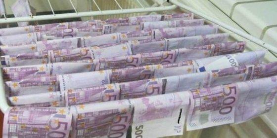 Se encuentra 100.000 euros flotando en el río y se lanza de cabeza
