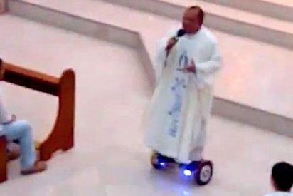 Suspendido un sacerdote por dar misa en un patinete