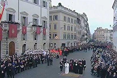 El Papa rinde homenaje a la Inmaculada ante la embajada de España