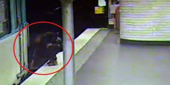 [Vídeo] El carterista le roba la cartera en el metro y luego le salva la vida