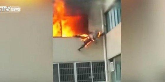 El bombero envuelto en llamas salta desde la ventana tras salvar a una familia