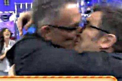 Beso en la boca de Jorge Javier Vázquez y Kiko Hernández para sellar la paz en 'Sálvame'