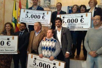 Miguel Ángel Perera entrega parte de su premio Paquiro a Aprosuba-14 de Olivenza