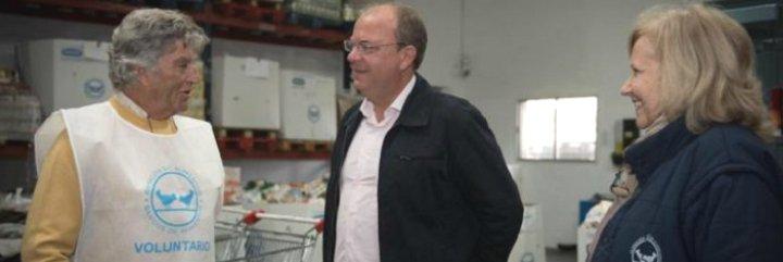 """Monago en el Banco de Alimentos de Badajoz: """"Aquí funciona la solidaridad"""""""