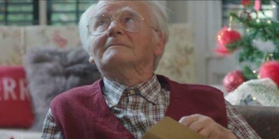 El anuncio de Navidad del viejo verde que llora al recibir un regalo porno