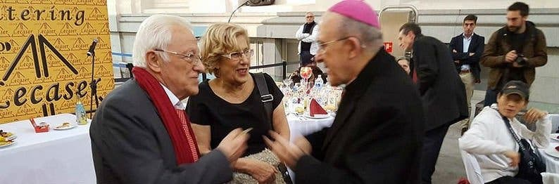 Carmena, Osoro y el padre Ángel brindan por la paz ante 250 sin techo en Cibeles