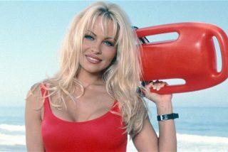 Pamela Anderson recrea una icónica escena de 'Baywatch', pero mucho más escotada