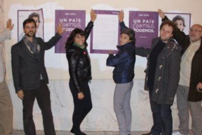Podemos Extremadura inicia la campaña electoral con pegada de carteles en Cáceres y Badajoz