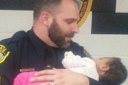 Un policía cuida de un bebé que rescató del baño de una tienda