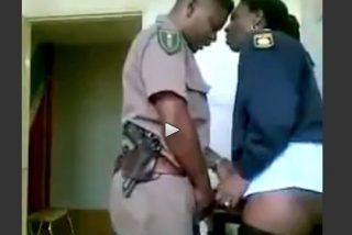 Los policías salidos que fornican dentro de la comisaría sin ir al servicio... dale que te pego con la porra