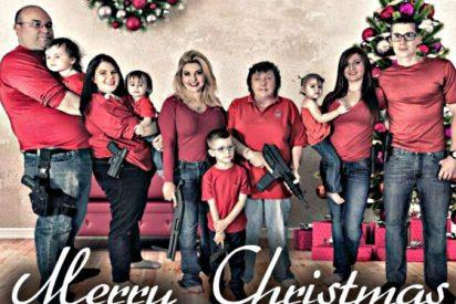 Pistolas, fusiles y una escopeta, la postal familiar de una congresista de EEUU para felicitar la Navidad