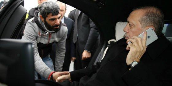 Con esta mano evita el presidente turco que un hombre se suicide