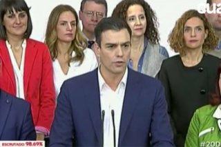 Sánchez sale entre gritos de 'presidente' y deja la pelota en el tejado del PP