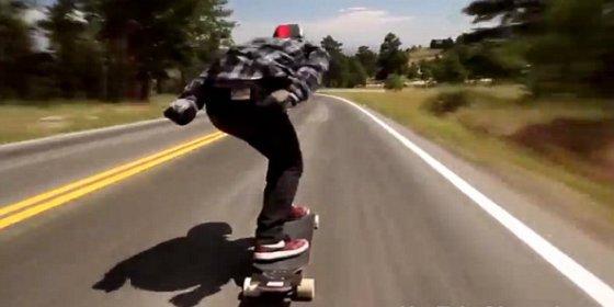 Así aplasta un coche al joven skater que baja la cuesta de una colina