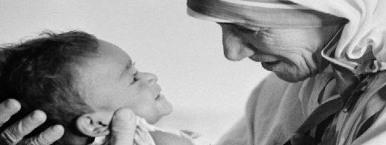 En las manos de la Madre Teresa de Calcuta