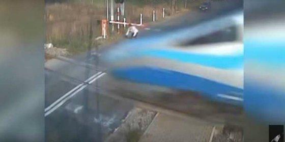El ciclista choca contra un tren de alta velocidad y le cascan una multa
