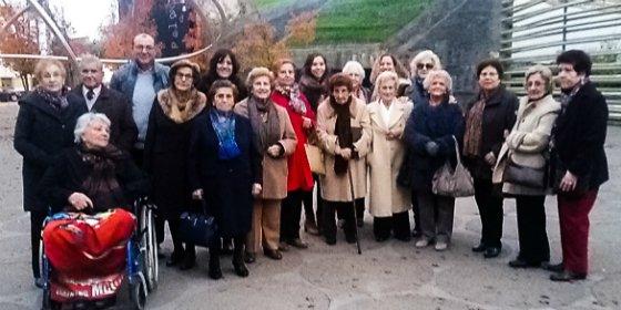 ILUNION invita a un grupo de mayores de Badajoz a una chocolatada y a un recital de piano y violín