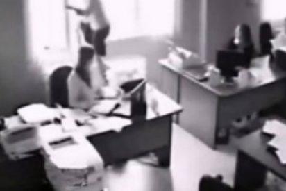 Así se tira por la ventana de su oficina esta rubia tras haber sido despedida