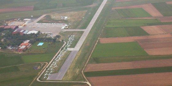 La alcaldesa de Cáceres confirma que la Junta acometerá el estudio ambiental del aeródromo este año