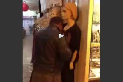 El desesperado que hace el amor con una maniquí en un centro comercial