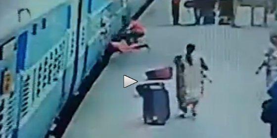 [VÍDEO] Muere aplastada bajo el tren por culpa de un pariente patoso