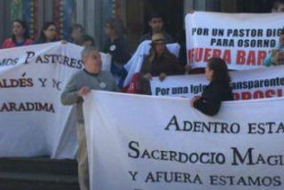 Laicos de Osorno ocupan la catedral para pedir la marcha de Juan Barros