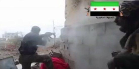 [Vídeo] El cotilla yihadista al que pegan un tiro en la boca de rebote