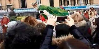 [Vídeos] Las dos caídas del patoso mago Melchor en San Sebastián