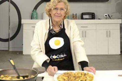 """La alcaldesa Carmena cocina un pollo en televisión: """"Se cocina para dar placer"""""""