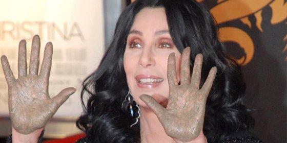 Cher dona miles de botellas de agua a los envenenados y afectados en cerebro, huesos y sangre