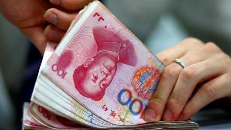 China deja caer el yuan y la bolsa cierra antes al desplomarse el 7%