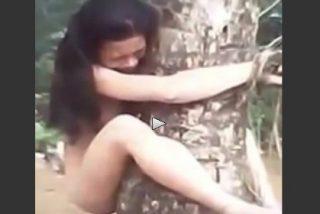 El desquiciado celoso que ata a su mujer desnuda a un árbol por serle infiel